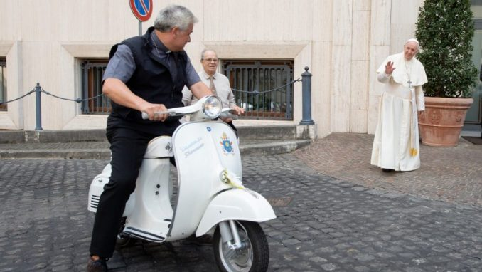 Donata al Papa una vespa che sarà devoluta in beneficienza