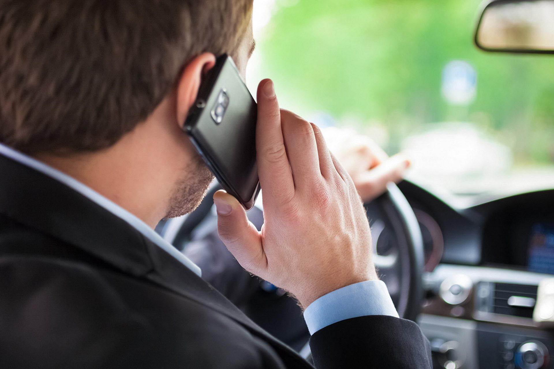 Uso del cellulare in auto, principale causa di incidenti